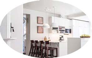Valkoinen ja raikas skandinaavisen valkoinen keittiö. Skandinaavista väripalettia on lämmitetty tummilla puunvärisillä tuoteilla ja sisustusesineillä.